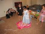 Kızlar dans oyunu oynarken