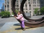 Chicago Tribune ve NBC binalarinin onundeki sanat eserini 'yoklarken'